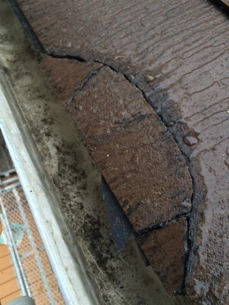 施工前:他社様が屋根を割り補修したらしく、あまりにも酷い為当社に依頼。